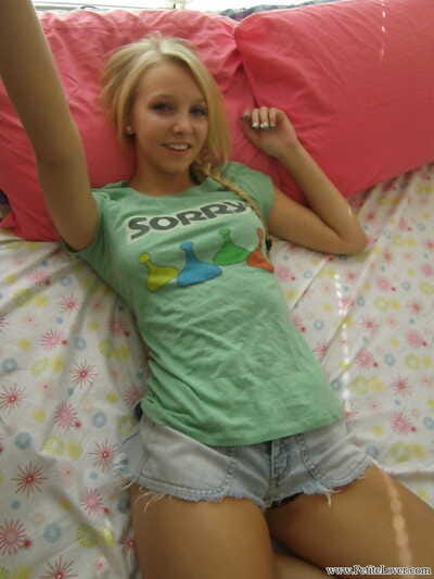 Cute blonde teen snaps self..